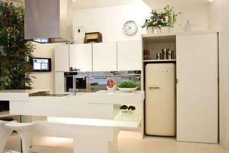 30. Decoração de cozinha gourmet com geladeira retrô branca – Por: Espaço do Traço