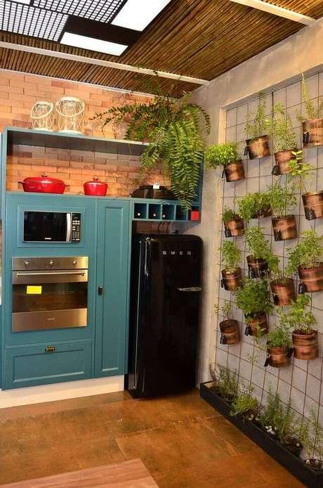 31. A geladeira preta retrô também pode ser usada nos armários coloridos – Por: Ana Canomilman