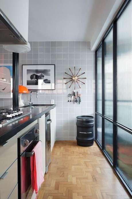 28. O azulejo para cozinha nem sempre precisa ser todo estampado