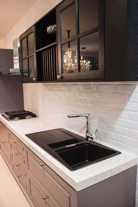 36. O azulejo para cozinha em estilo tijolinho deixa o ambiente muito charmoso.