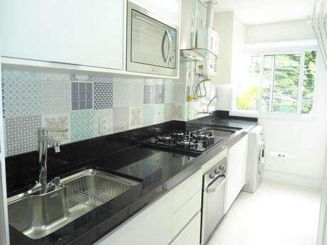 31. O azulejo para cozinha estampado combina perfeitamente com o estilo clean do ambiente.