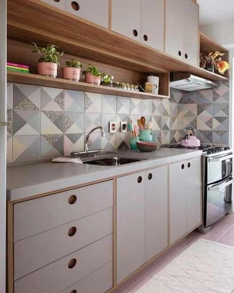 53. Decoração retrô com azulejo para cozinha planejada com móveis de madeira e detalhes em tons pastéis – Foto: Gabriela Toledo