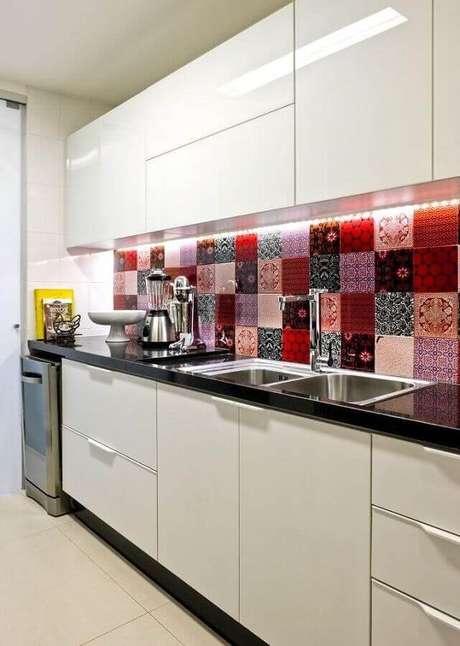 54. Decoração colorida com azulejo para cozinha simples e pequena com armários brancos – Foto: Jeitão de Casa