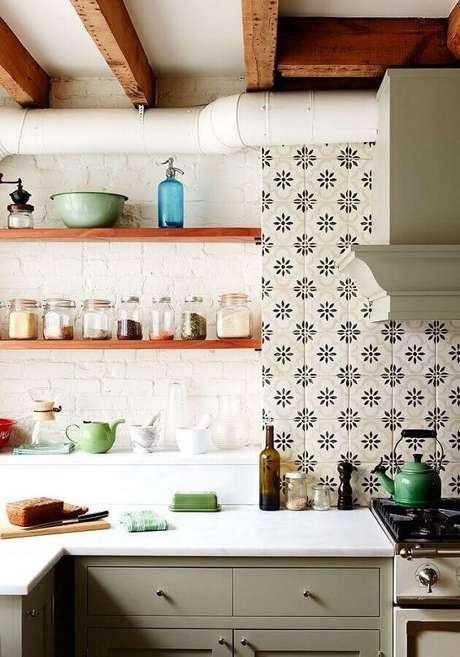 55. Decoração com azulejo para cozinha simples com prateleiras e vigas de madeira – Foto: Laurel Bern Interiors