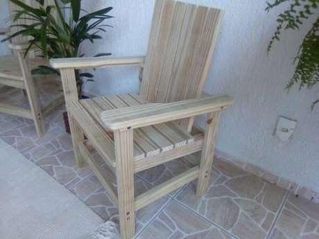 6. Decore a varanda de casa com cadeira de madeira maciça pinus tratado. Fonte: Pinterest