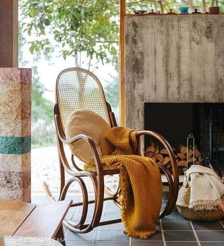 1. Deixe sua casa mais aconchegante com um cadeira de balanço de madeira. Fonte:Histórias de Casa