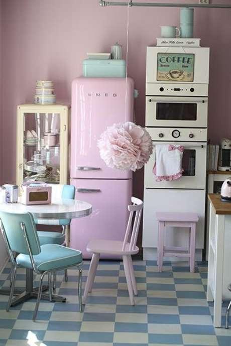 4. Geladeira cor de rosa na cozinha com tons de tiffany – Por: Pinterest