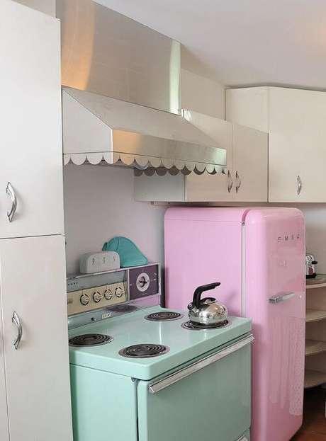 35. Geladeira cor de rosa na cozinha pequena – Por: Pinterest