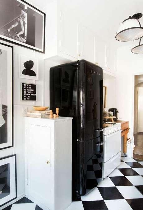 8. Cozinha preto e branco com geladeira retrô preto – Por: Pinterest