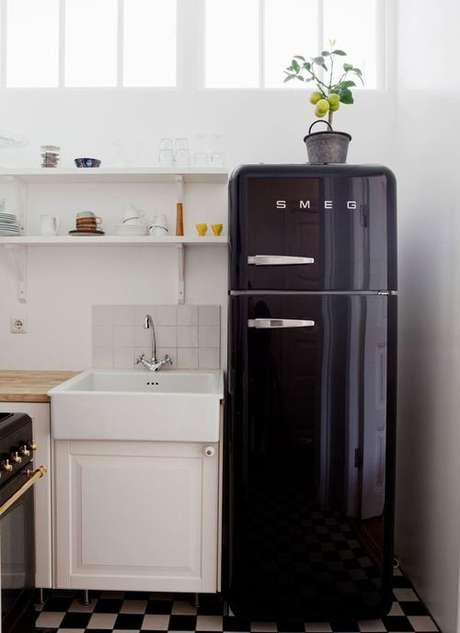 38. Geladeira retrô preta na cozinha pequena e branca – Por: Think Decor
