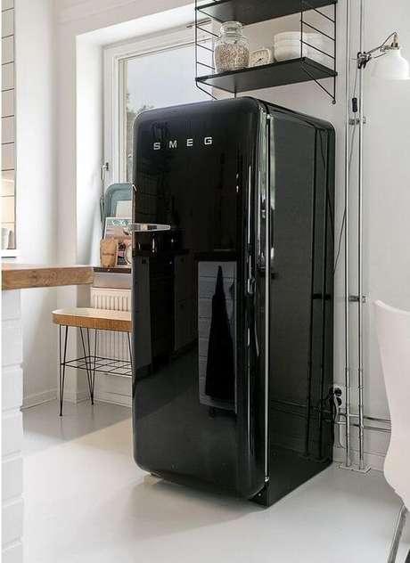 39. Geladeira preta na cozinha compacta – Por: Pinterest