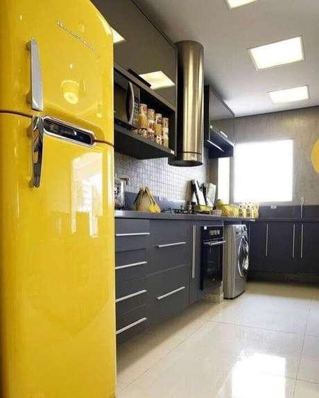 41. Geladeira retrô amarela na cozinha cinza – Por: Pinterest