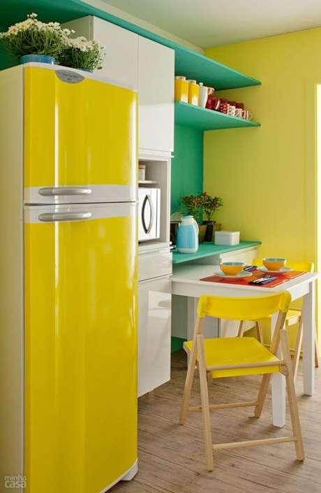 9. Geladeira com adesivo amarelo – Por: Pinterest