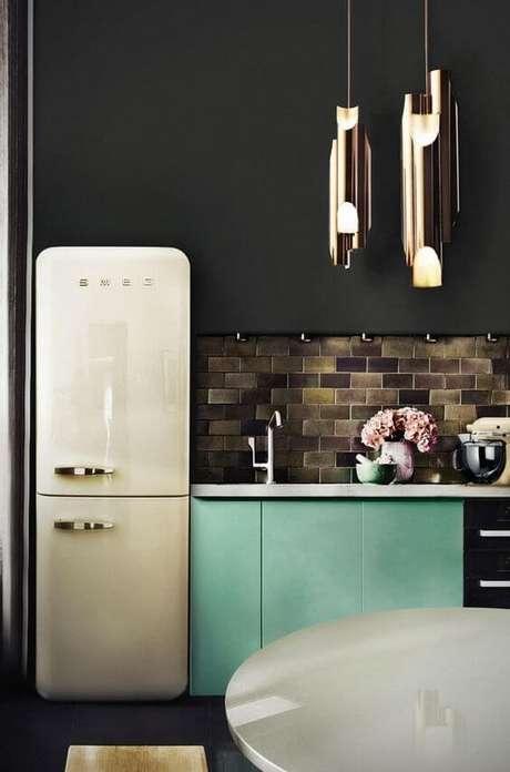 6. Cozinha moderna com geladeira branca – Por: Casa Vogue