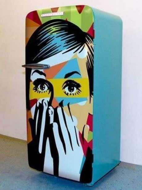 10. Geladeira retrô com adesivo colorido – Por: Pinterest
