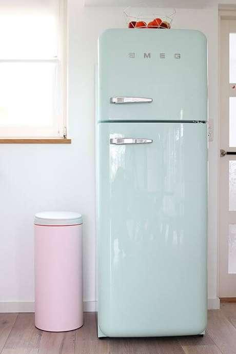 12. Geladeira retrô azul com decoração rosa e branca – Por: Pinterest