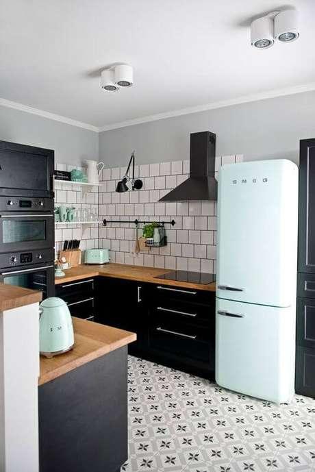 14. Geladeira retrô azul claro com armários pretos – Por: Pinterest