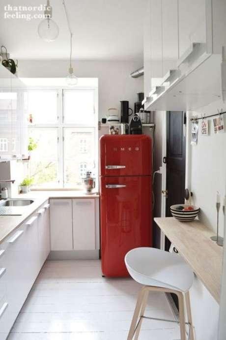 2. Cozinha branca com geladeira retrô vermelha – Por: Casa Claudia