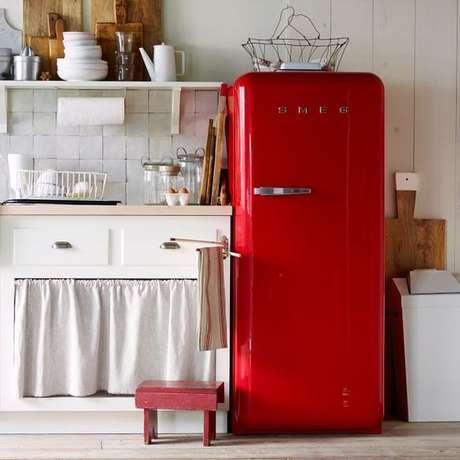 16. Cozinha branca com geladeira retrô vermelha – Por: Pinterest