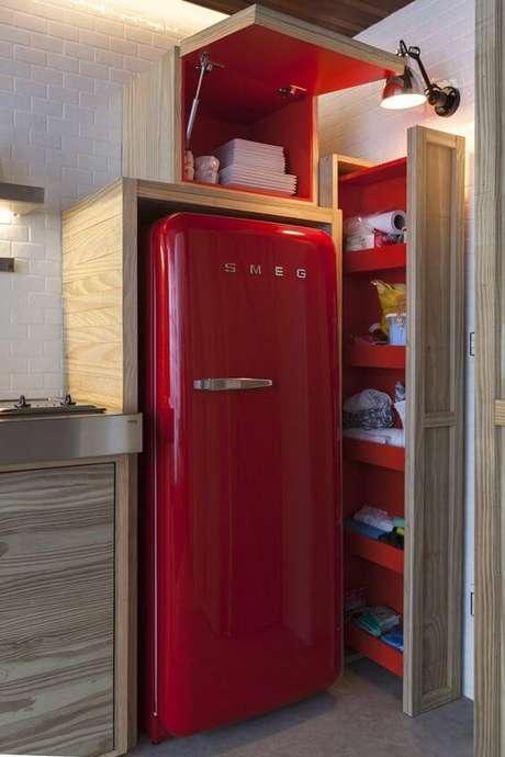 3. A geladeira retrô vermelha pode ser usada na cozinha planejada – Por: Pinterest