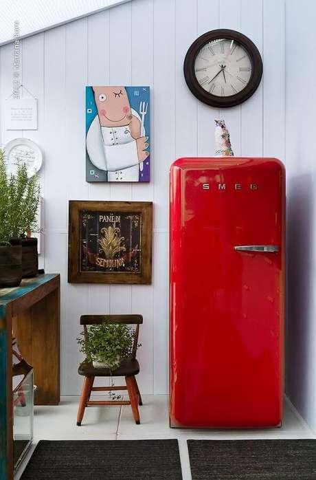 17. A geladeira retrô vermelha com decoração linda – Por: Rico Mendonça