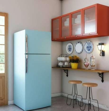 40. Geladeira retrô azul para cozinha pequena – Por: Pinterest