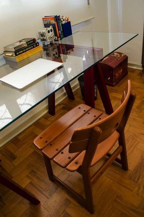 23. Home office com mesa de vidro e cadeira de madeira. Projeto por Adriana Fornazari