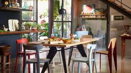 4. Invista no mix de cores para a cadeira de madeira da cozinha. Fonte: Vitra