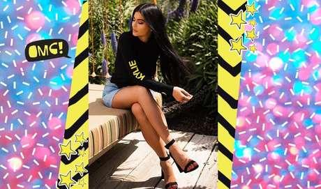E uma blusa com seu próprio nome, você usaria? A Kylie sim! E combinando com um shortinho e uma sandália, um loosho!