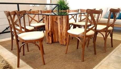 46. Mesa com base de tronco e cadeiras de madeira. Fonte: Móveis Casa Verde