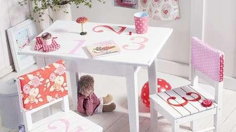 47. Mesa e cadeira de madeira colorida e divertida para o quarto das crianças. Fonte: Westwing