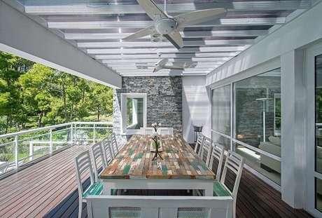 37. Mesa e cadeira de madeira com acabamento verde. Projeto por Estudio Sespede Arquitectos