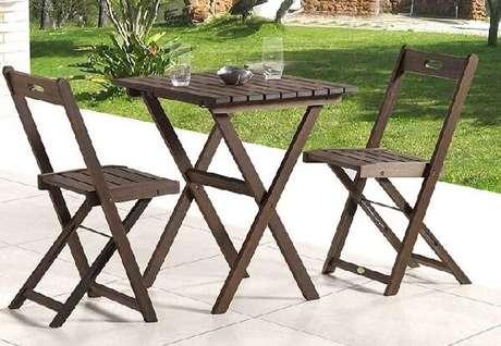 30. Mesa e cadeira de madeira dobrável para área externa. Fonte: Pinterest