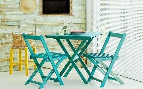 10. Mesa e cadeira de madeira dobrável verde encanta a decoração do ambiente. Fonte: Idea Store