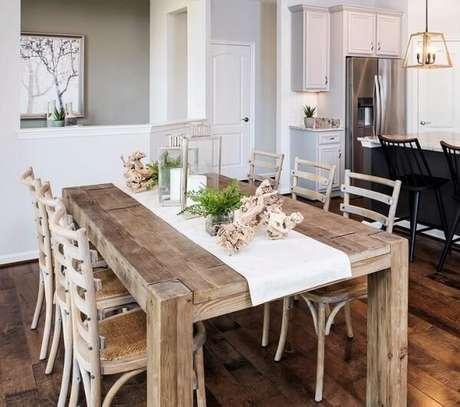 7. Mesa e cadeira de madeira rústica para sala de jantar. Fonte: Pulte Homes