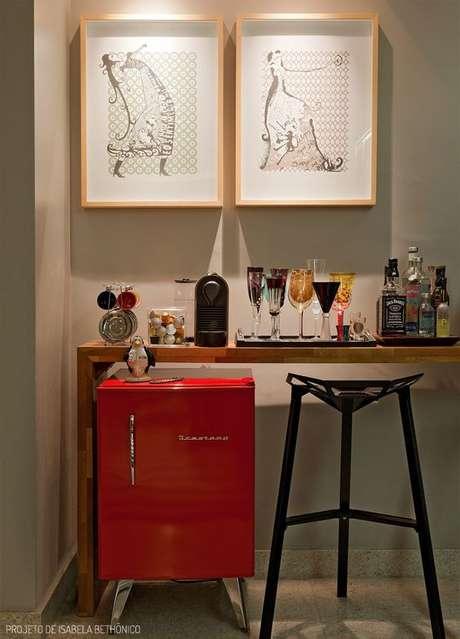 22. Mini geladeira retrô vermelha – Por: Isabela Bethônico