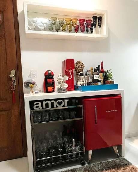 23. Mini geladeira retrô vermelha no cantinho de café e bar – Por: Pinterest