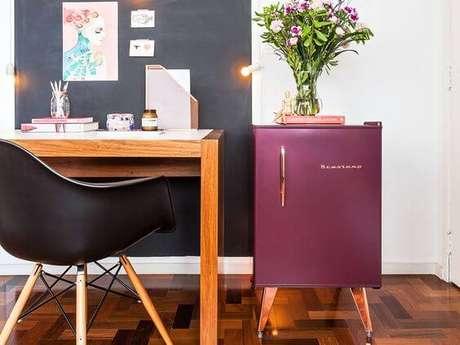 24. A mini geladeira retrô também tem cores como marsala – Por: Pinterest