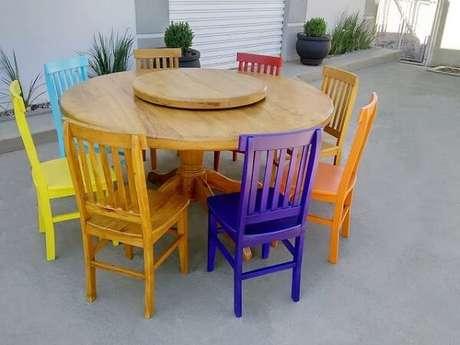 48. Modelo de mesa redonda com cadeiras de madeira coloridas. Fonte: Pinterest