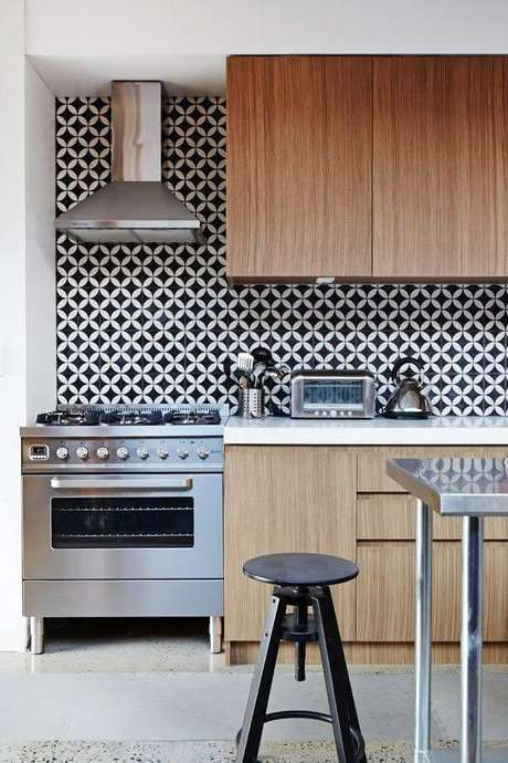 56. Modelo retrô de azulejo para cozinha com armários de madeira planejados – Foto: Tendances de Décor