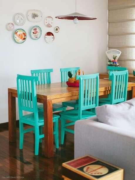 49. O tom das cadeiras de madeira trouxe vida para a sala de jantar desta casa. Fonte: Jet Dicas