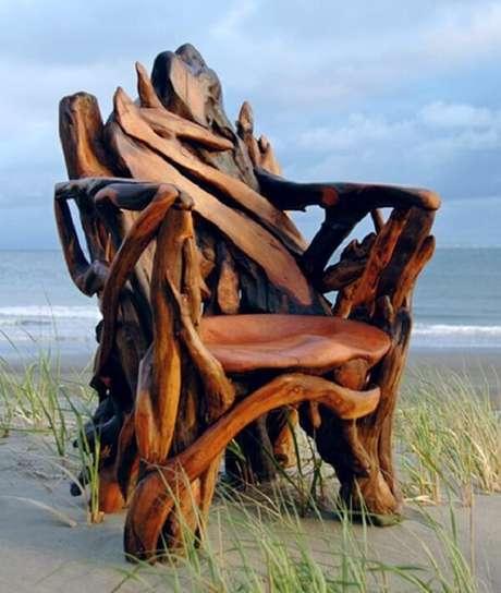 38. Pedaços de pau adquirem vida na arte como este cadeira de madeira rústica. Fonte: Matéria Incognita