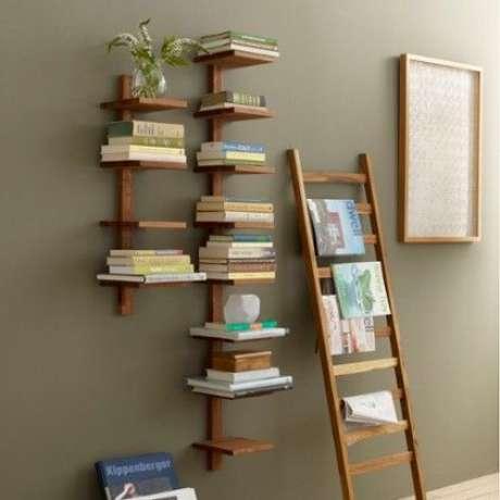 35. Associar o revisteiro à estante de livros é interessante. Foto: Zola