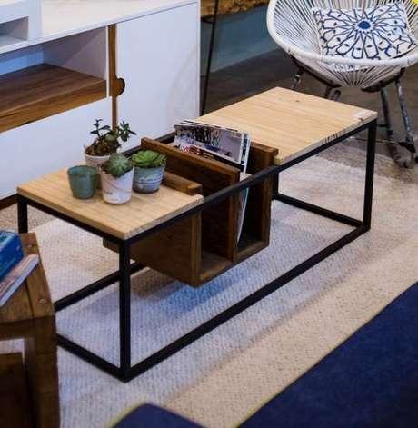 42. Esta mesa de centro possui um revisteiro simples, mas muito interessante. Foto: Teceart – Inovação e Design