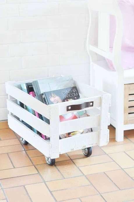 27. Um simples caixote pode se transformar em um revisteiro. Foto: Ideias Decor