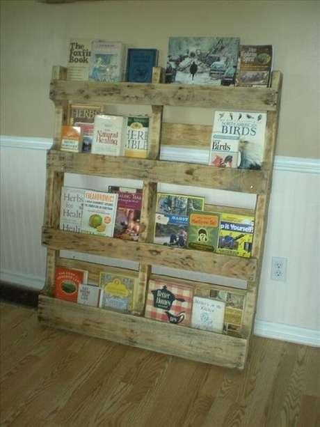 14. Este revisteiro é interessante por ter uma madeira rústica. Foto: Ideas With Pallets
