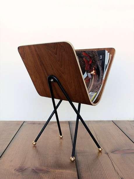 24. A madeira foi muito bem utilizada neste modelo de revisteiro. Foto: Arkpad
