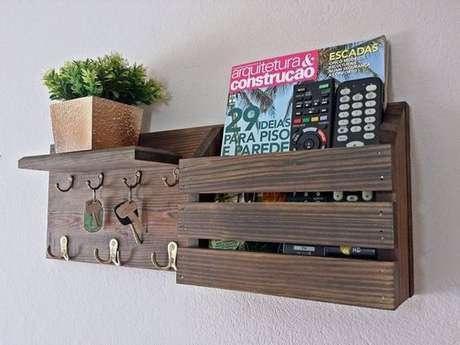 28. Aqui temos um porta chaves que também serve de revisteiro. Foto: Hudy