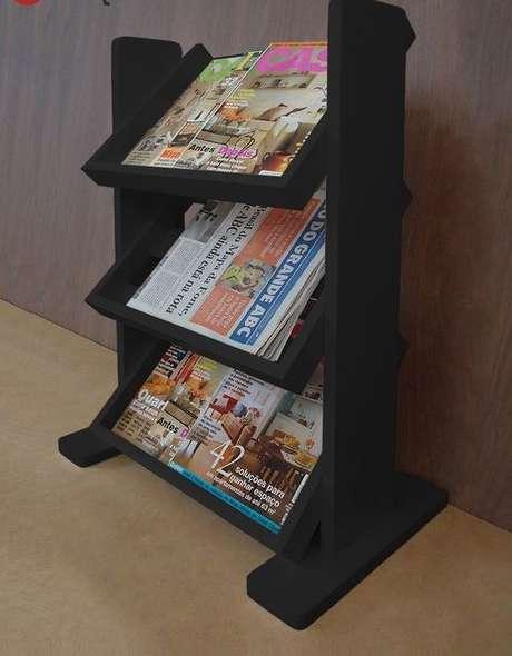 21. Este revisteiro de madeira preto é sutil e delicado. Foto: Forma Livre