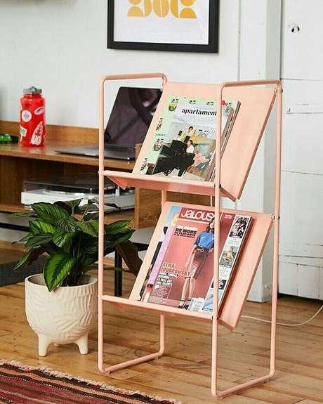 45. O revisteiro rosa é delicado e vai bem com muitos modelos de decoração. Foto: Pinterest